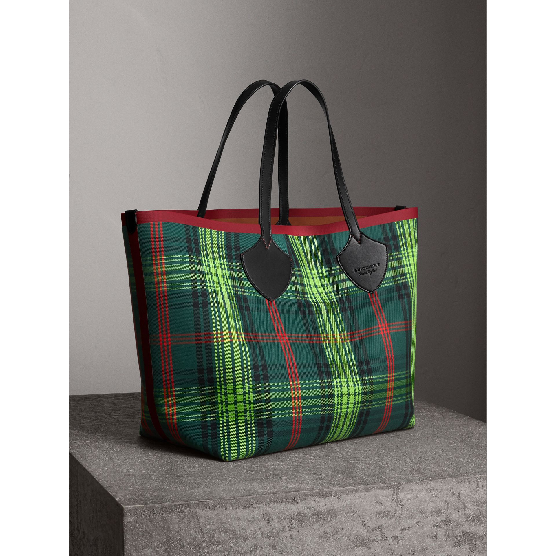 The Giant Reversible Tote in Tartan and Leather in Tan/pine Green | Burberry - gallery image 6