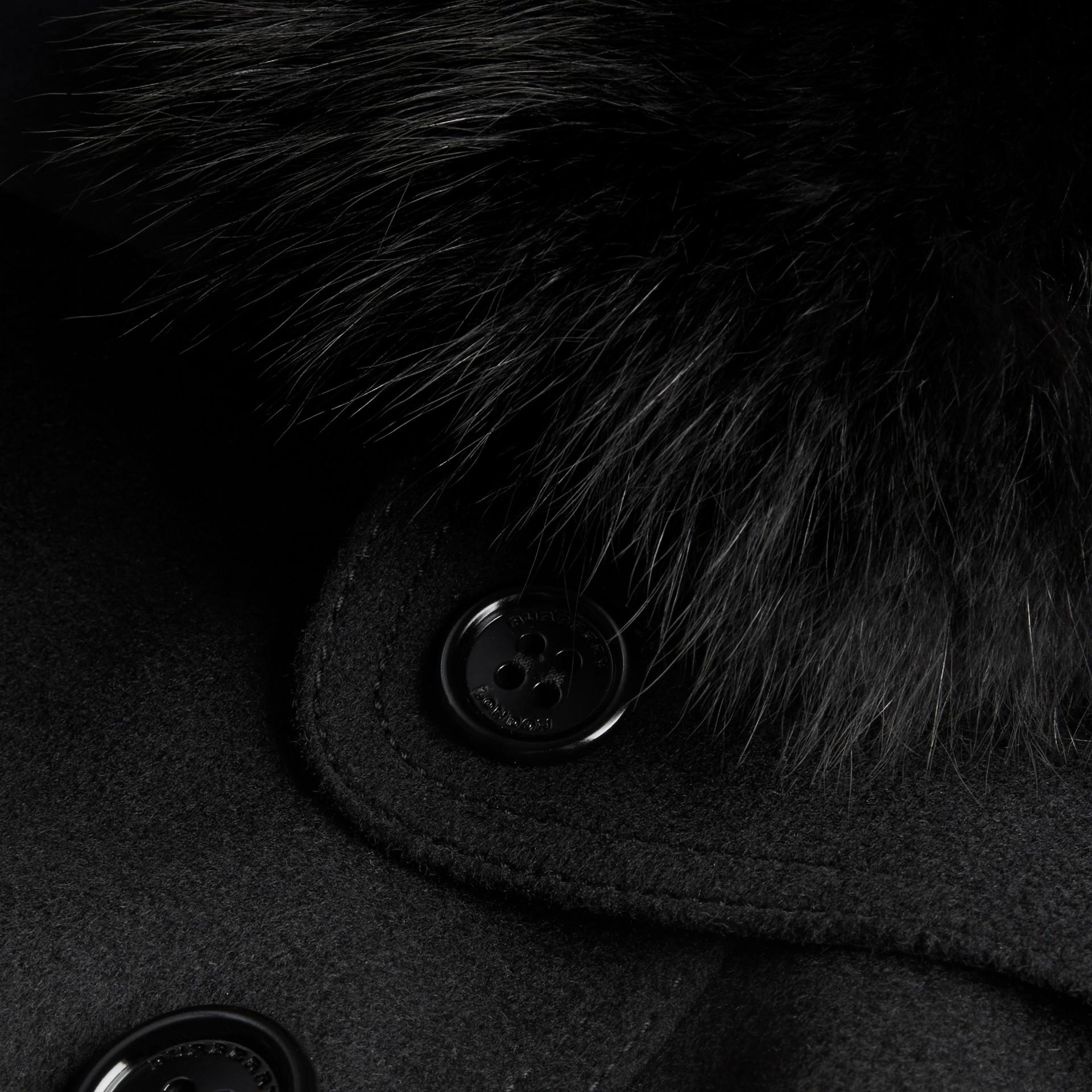 Nero Trench coat in lana e cashmere con collo in pelliccia di volpe Nero - immagine della galleria 2