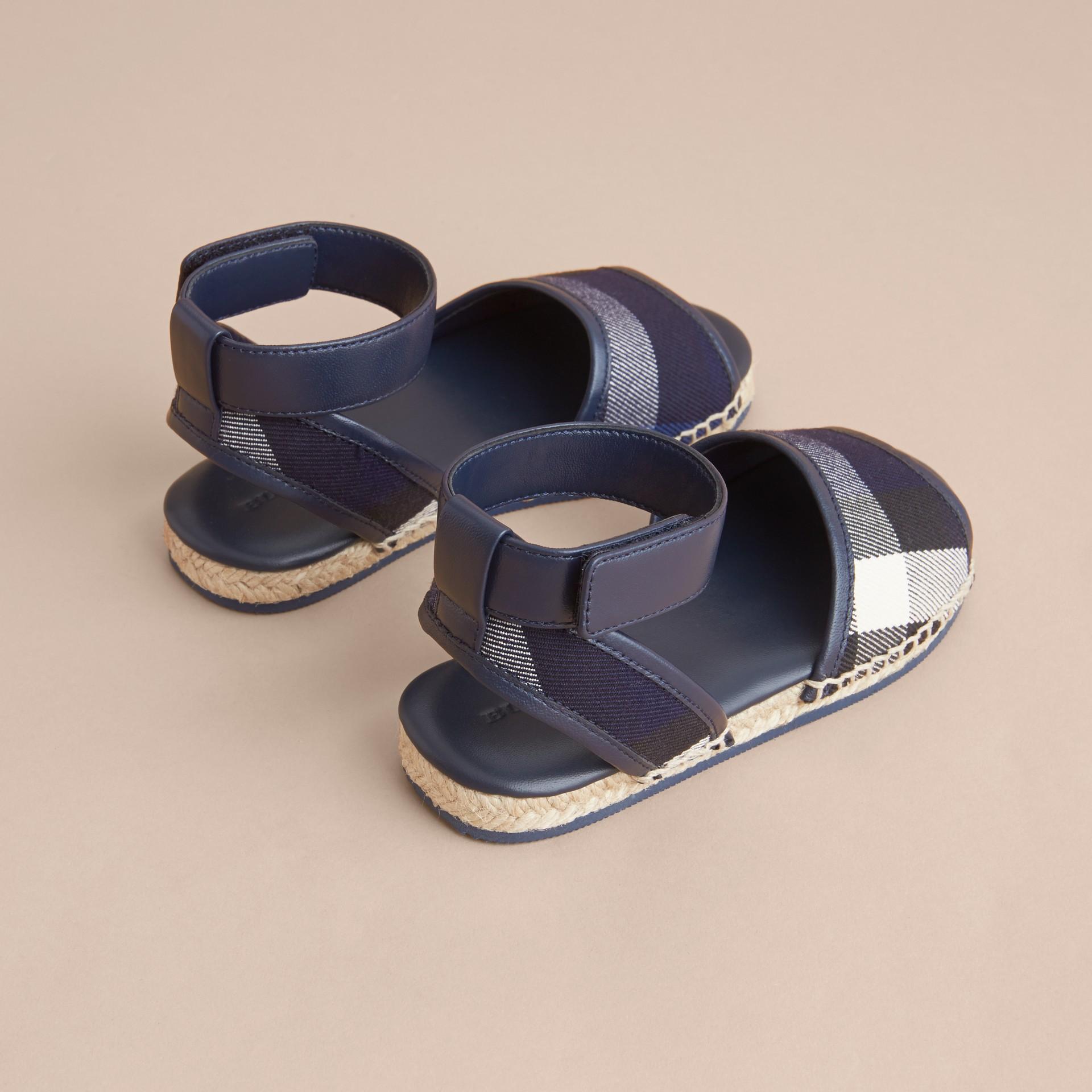 Sandali espadrillas in cotone con motivo House check e cinturino alla caviglia in pelle (Zaffiro Intenso) | Burberry - immagine della galleria 3