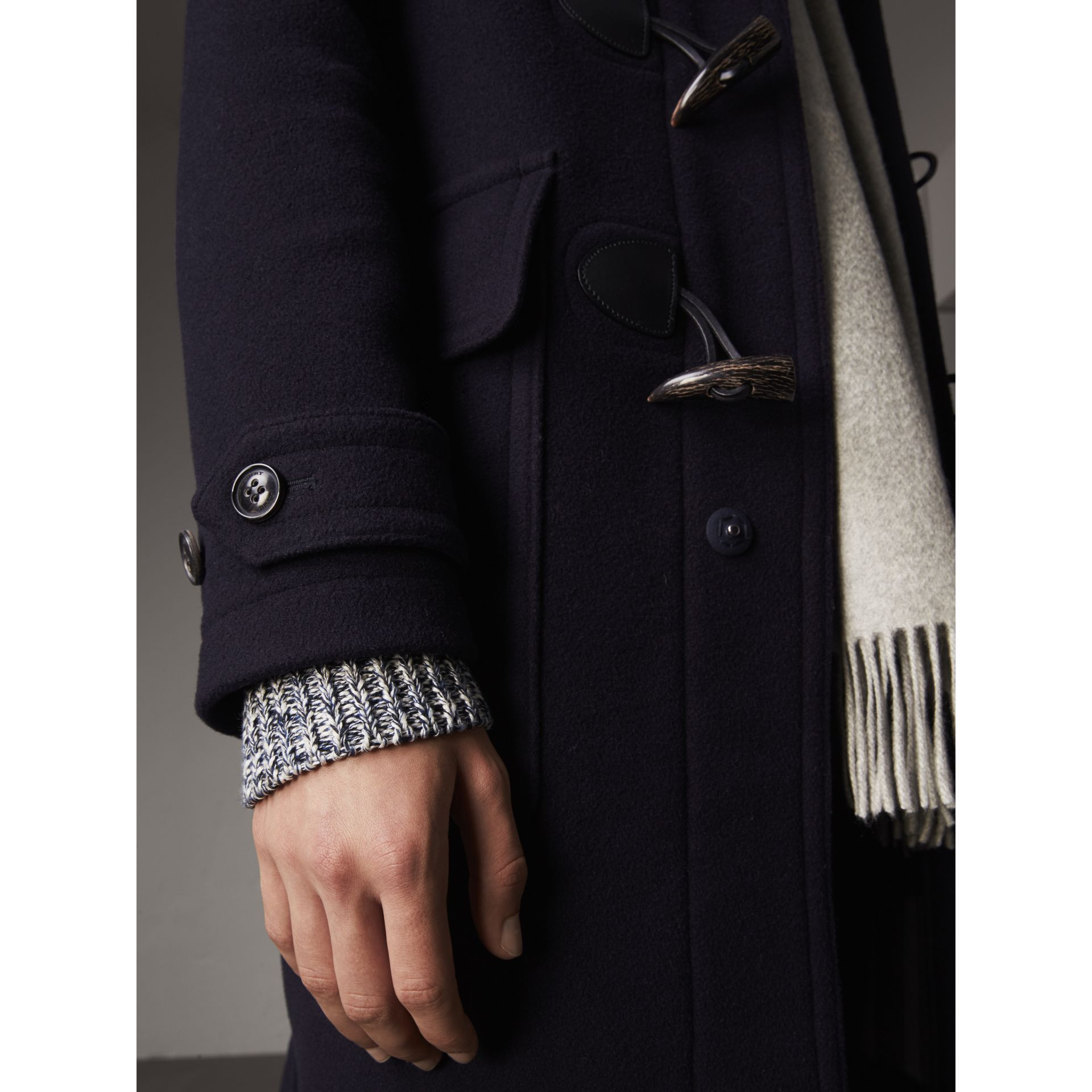羊毛混紡連帽牛角扣大衣 (海軍藍) - 男款 | Burberry - 圖庫照片 2