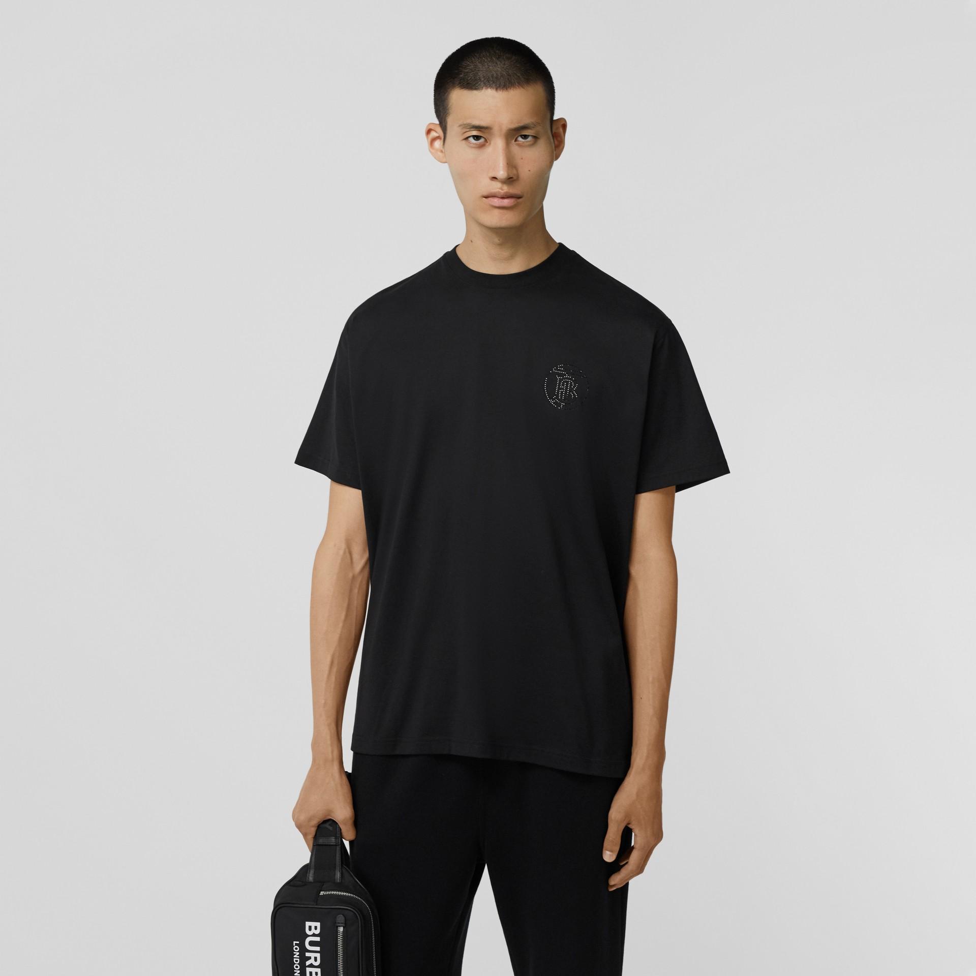 크리스털 모노그램 모티프 코튼 오버사이즈 티셔츠 (블랙) - 남성   Burberry - 갤러리 이미지 0