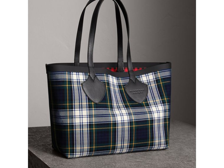 The Medium Giant Reversible Tote in Tartan Cotton in Ink Blue/military Red | Burberry - cell image 4