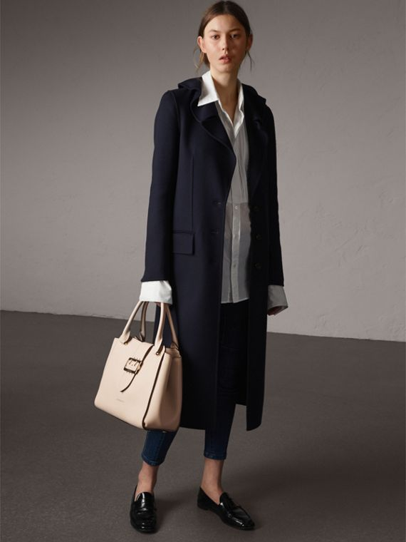 The Medium Buckle Tote aus genarbtem Leder (Kalksteinfarben) - Damen | Burberry - cell image 2