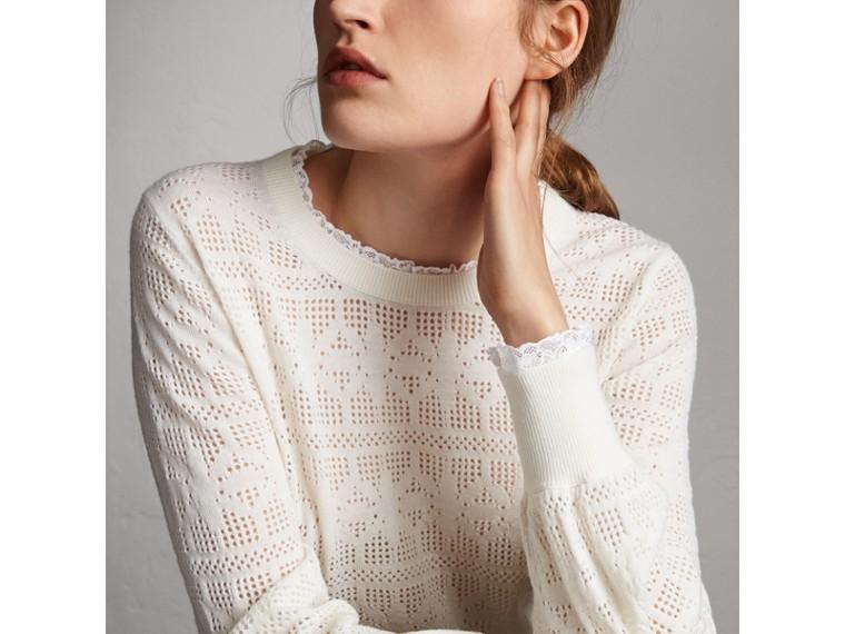 Suéter de lã e cashmere com detalhes em renda e pointelle (Branco Natural) - Mulheres | Burberry - cell image 1