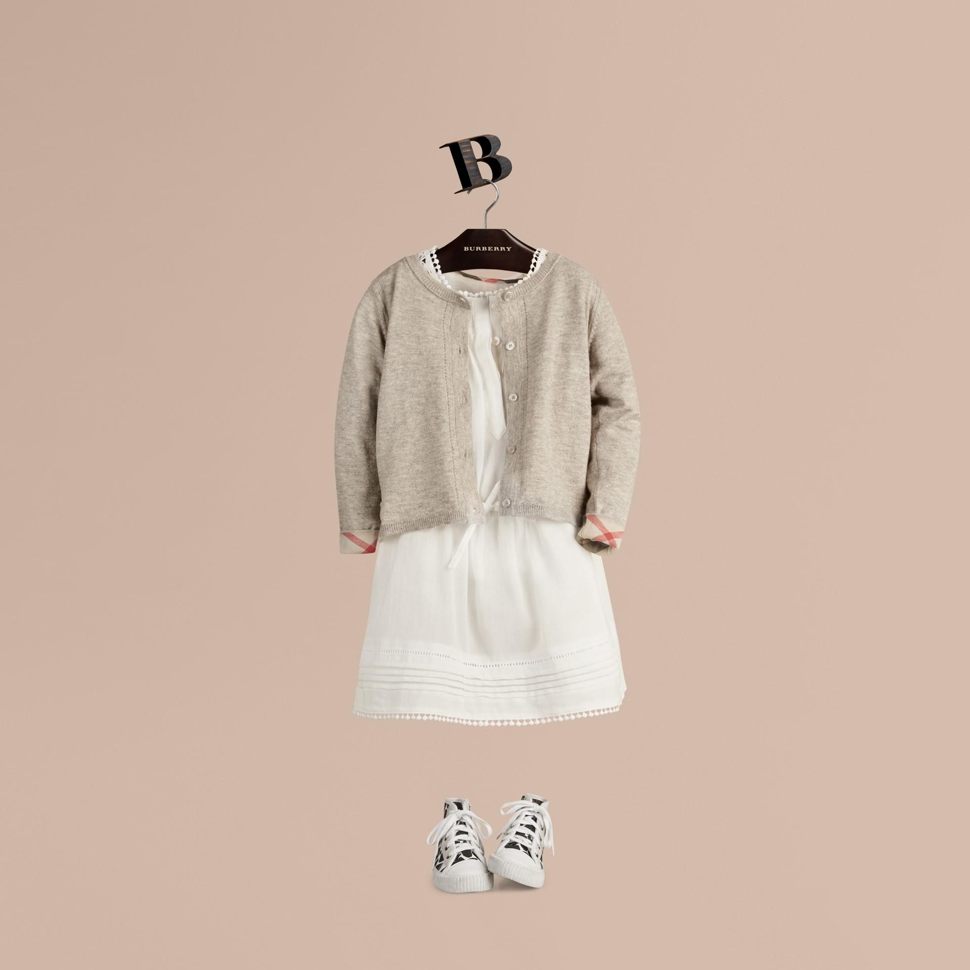Camaïeu de gris pâles Cardigan en maille de coton avec poignets à motif check Camaïeu  Gris Pâles - photo de la galerie 1