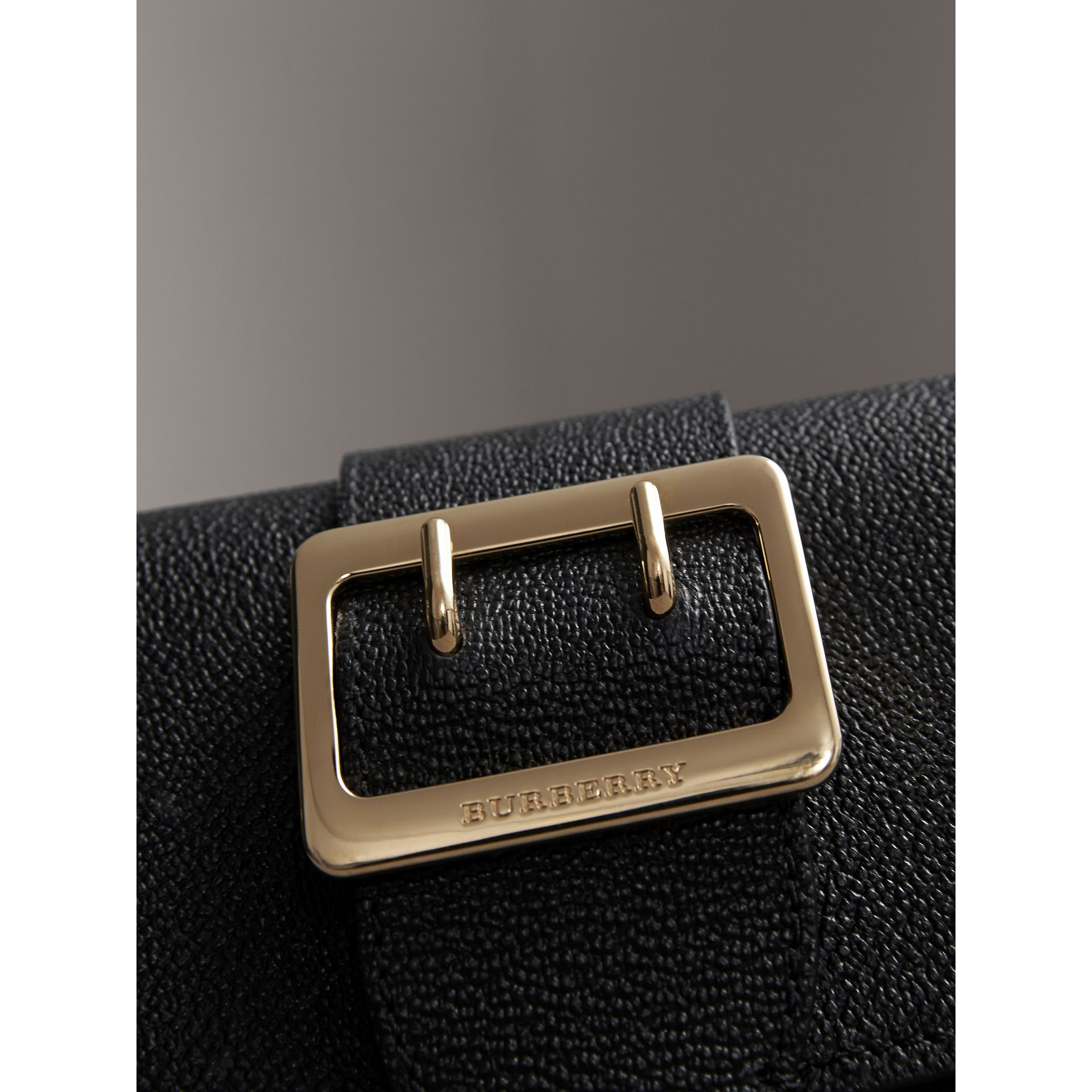Bolso Buckle mini en piel granulada (Negro) - imagen de la galería 2