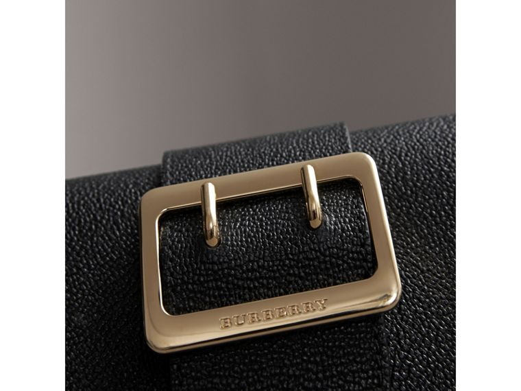 The Mini Buckle Bag aus genarbtem Leder (Schwarz) - cell image 1