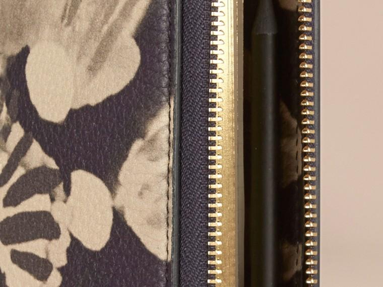 Pietra Taccuino formato A5 in pelle a grana con cerniera su tre lati e stampa tipo tintura a riserva Pietra - cell image 1