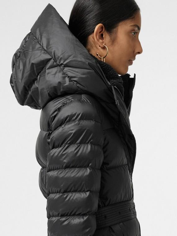 Abrigo acolchado con relleno de plumón y capucha (Negro)