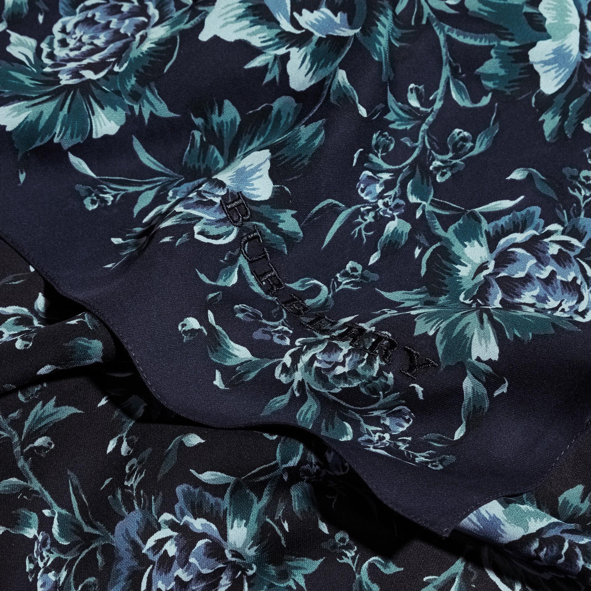 Шелковый шарф с цветочным принтом (Чернильный) - Для женщин | Burberry - изображение 2
