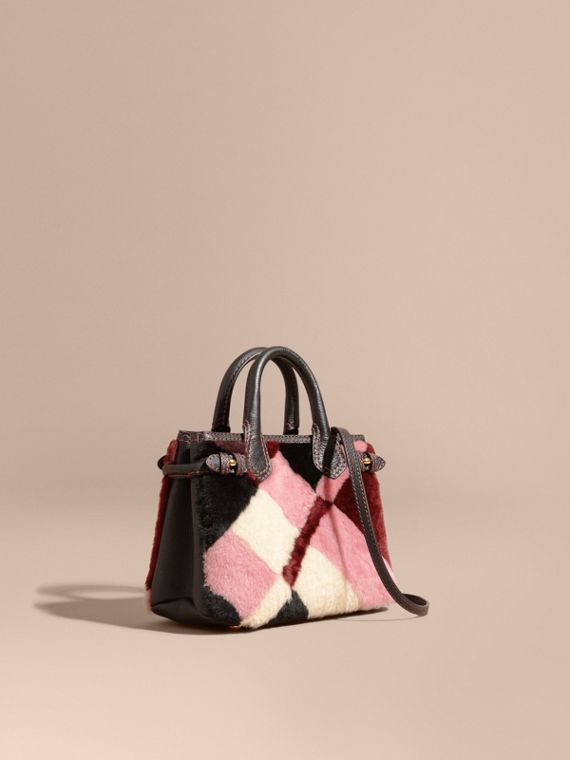 Borsa The Baby Banner in pelle con motivo tartan in patchwork di shearling - Donna | Burberry