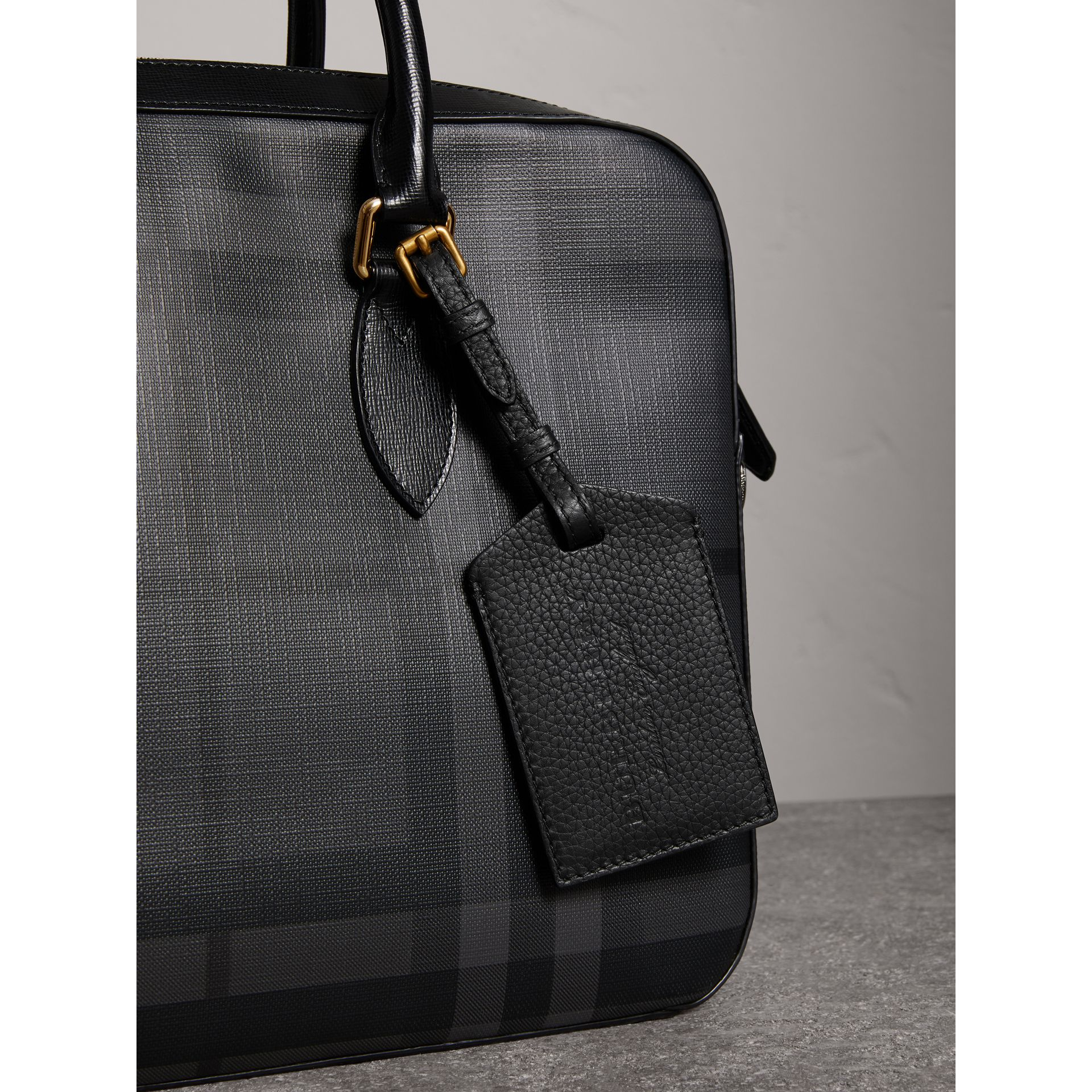 Grainy Leather Luggage Tag in Black | Burberry - gallery image 3