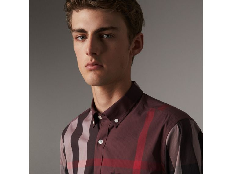 Camicia in misto cotone stretch con motivo tartan e colletto button-down (Rosso Mogano) - Uomo | Burberry - cell image 1