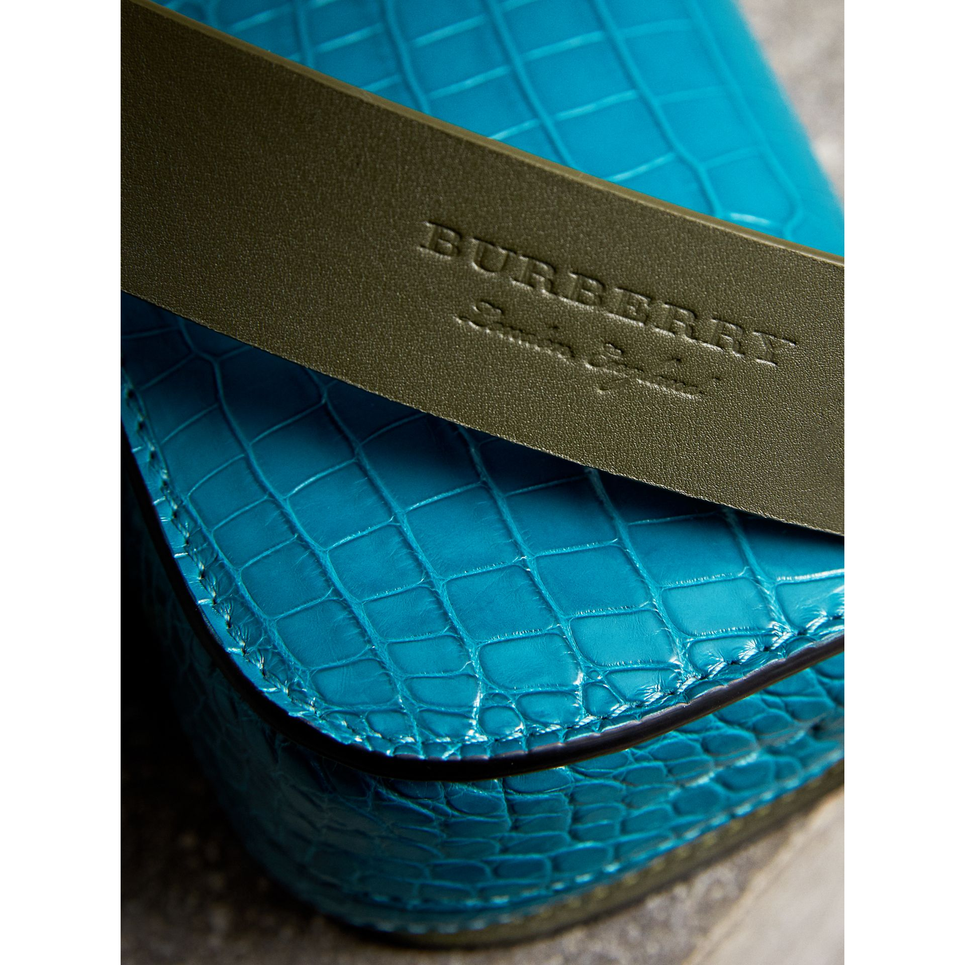The Satchel con tasca in pelle di alligatore (Blu Alzavola Scuro) | Burberry - immagine della galleria 1