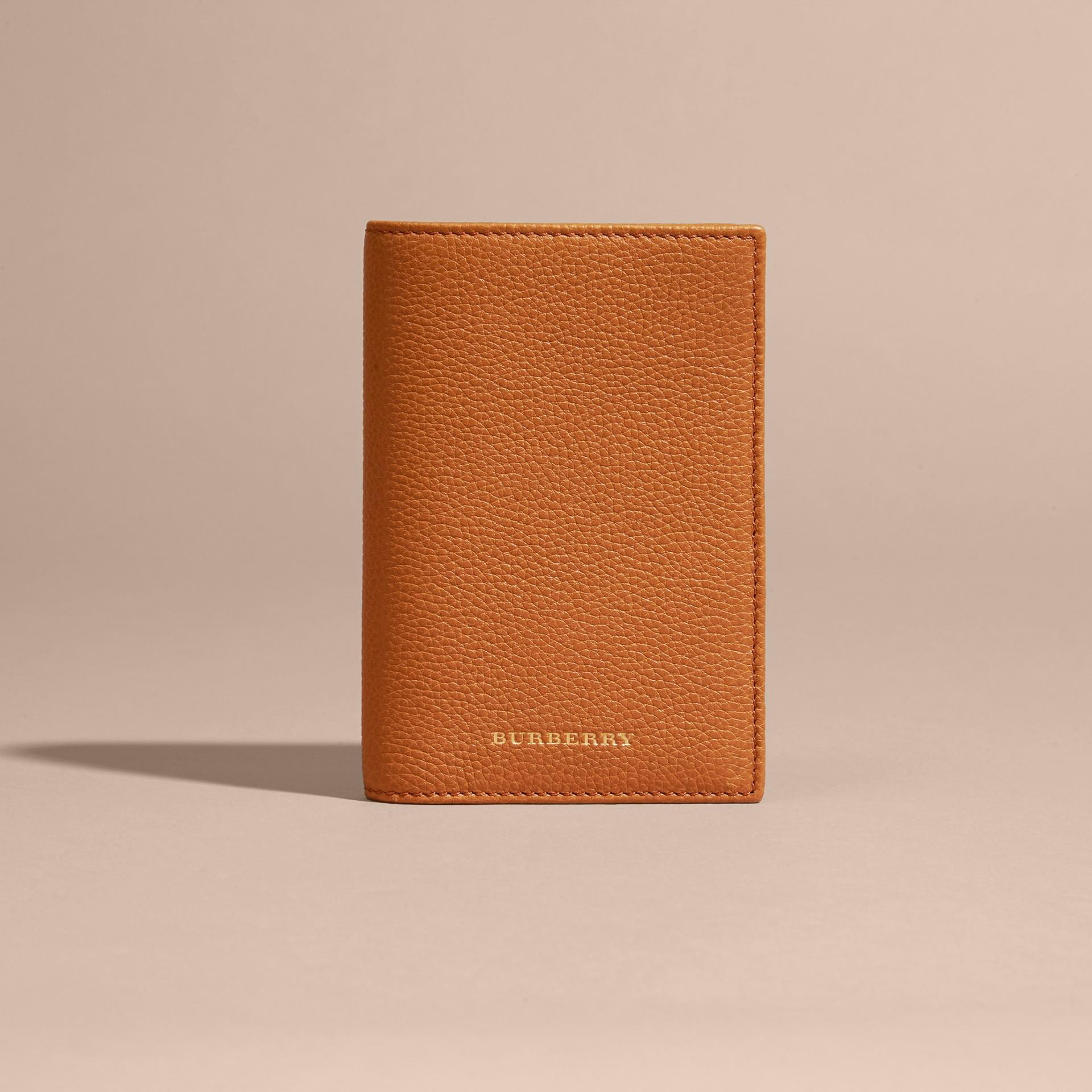 Caramelo claro Capa de couro granulado para passaporte com compartimentos porta-cartões Caramelo Claro - galeria de imagens 6