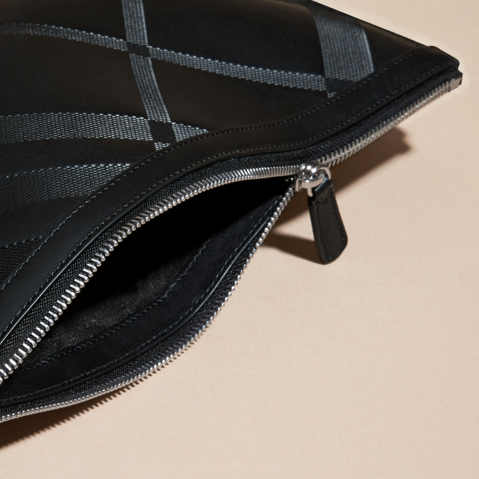 Nero Pochette in pelle con motivo check in rilievo Nero - immagine della galleria 2