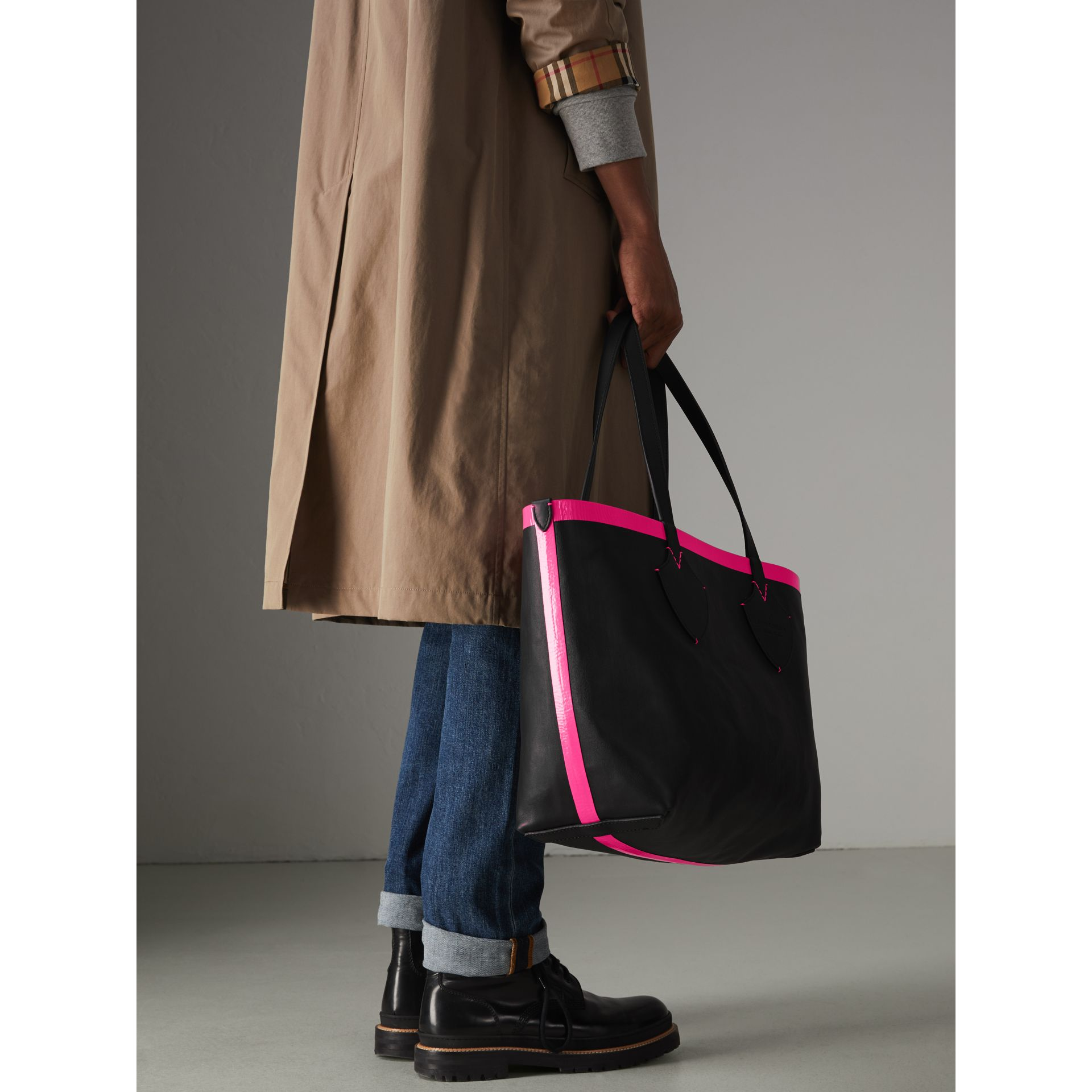 The Medium Giant Reversible Tote in Canvas and Leather in Black/neon Pink | Burberry - gallery image 6