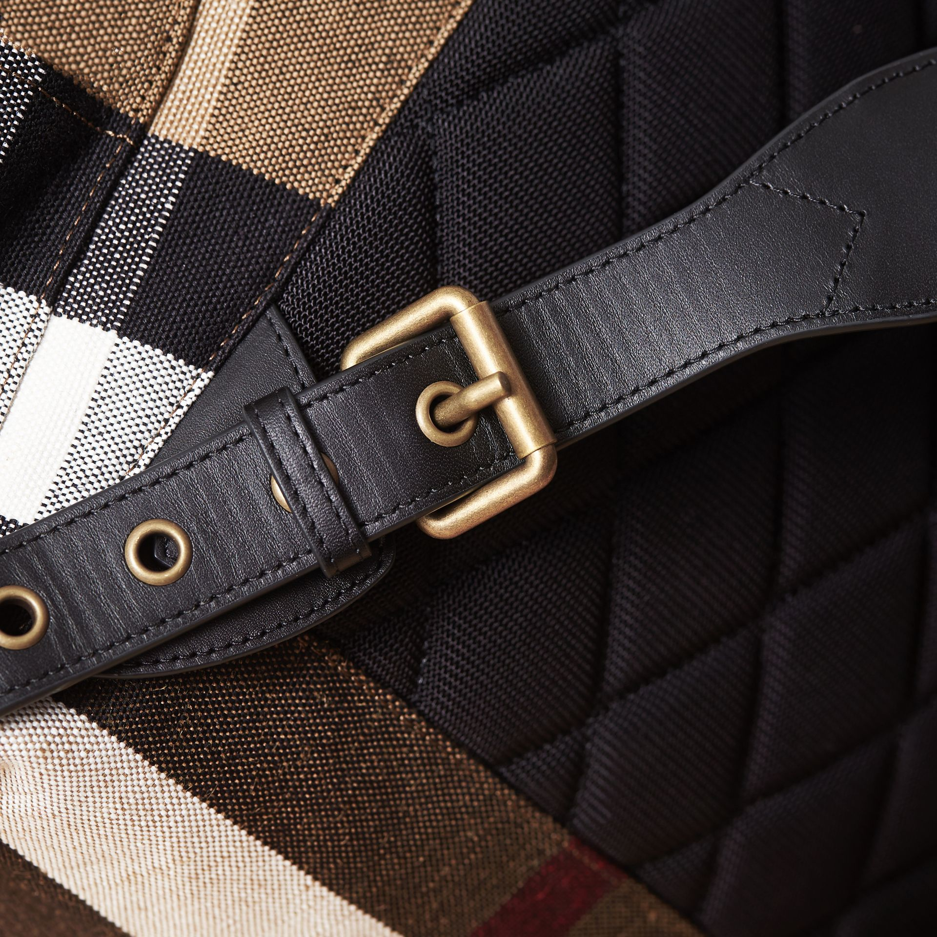 Grand sac The Rucksack en toile Canvas check et cuir (Classique) - Homme | Burberry - photo de la galerie 6