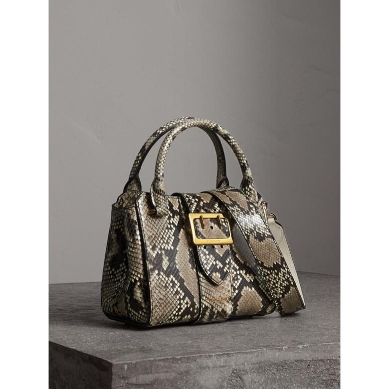 Burberry - Petit sac tote The Buckle en python - 8