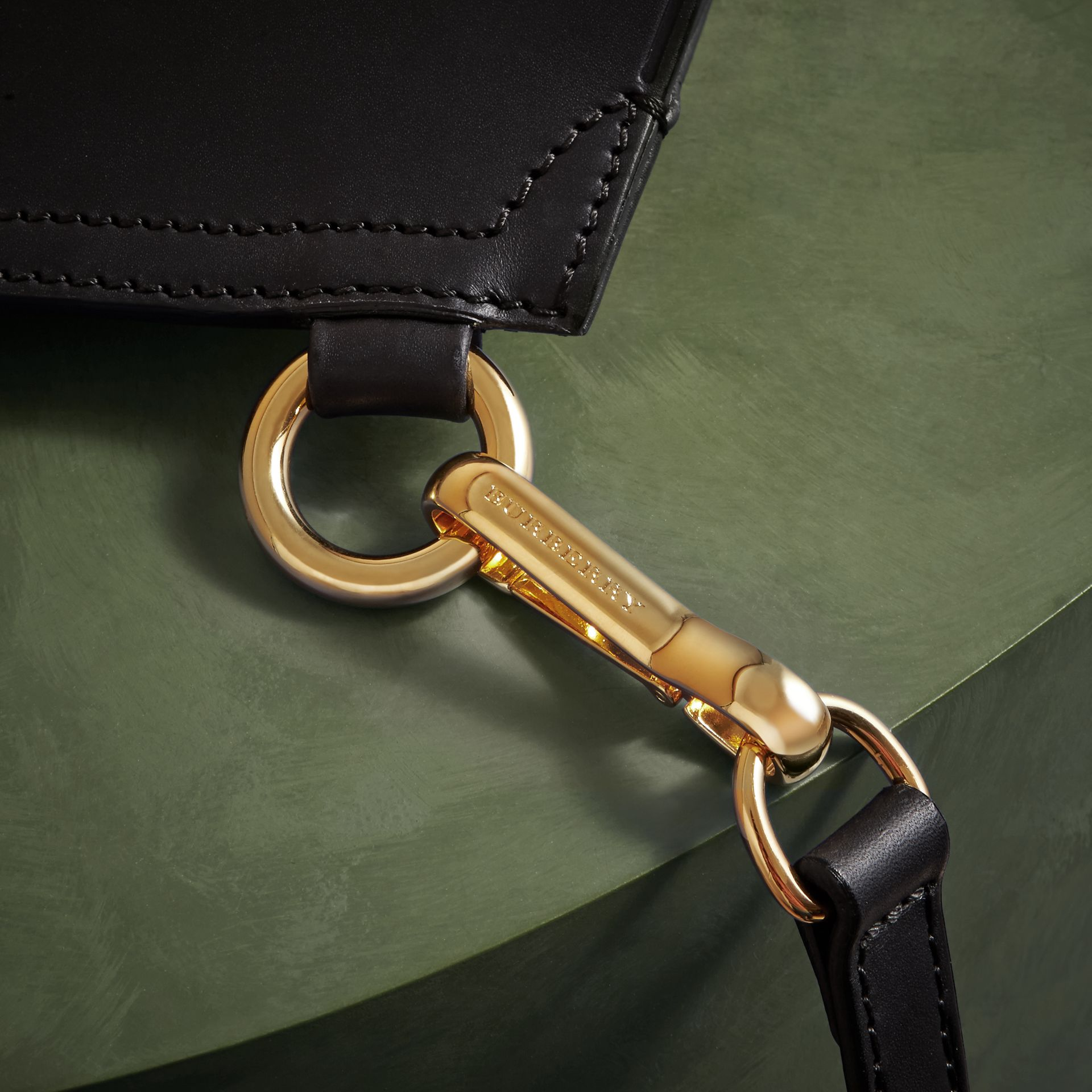 Noir Petit sac The Bridle en cuir à rivets - photo de la galerie 6
