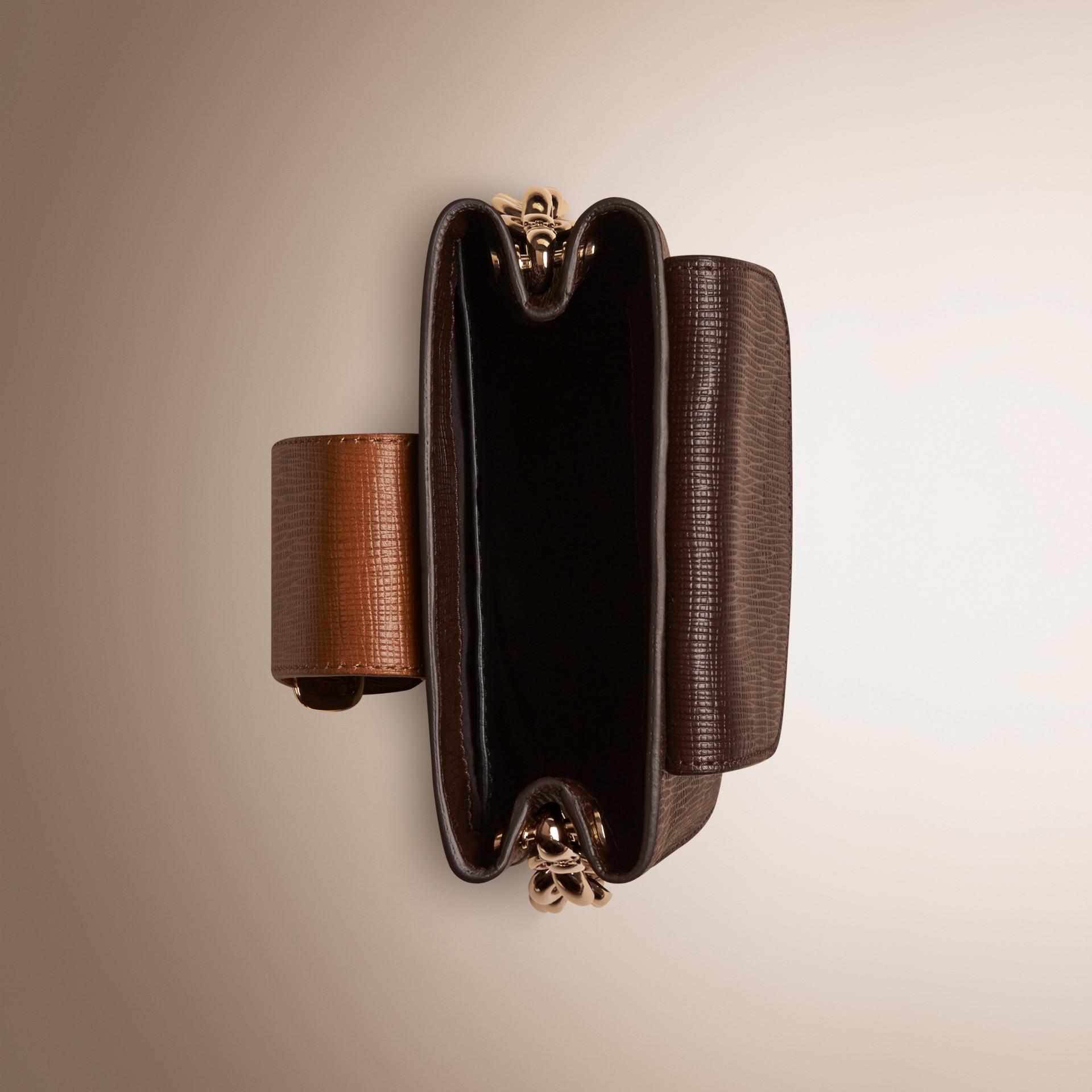 Marron girofle sombre Petit sac The Buckle carré en cuir texturé - photo de la galerie 4