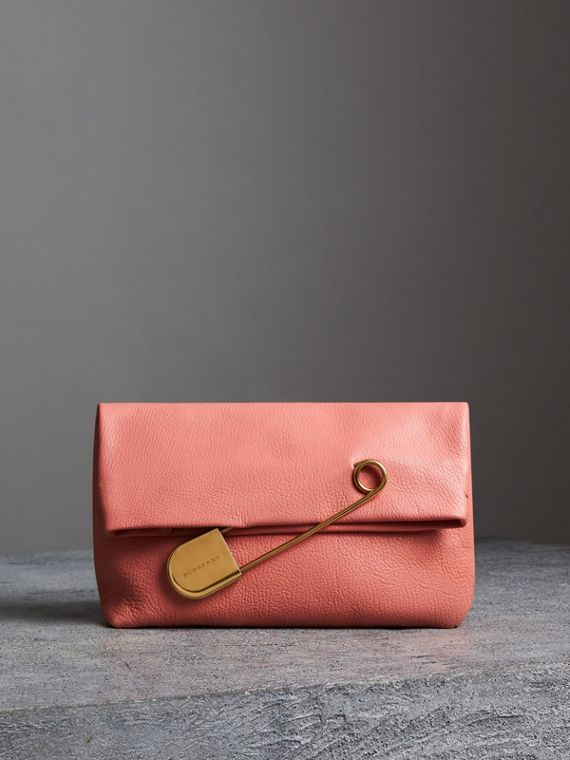 The Medium Pin Clutch aus Leder (Leuchtendes Korallenrosa)
