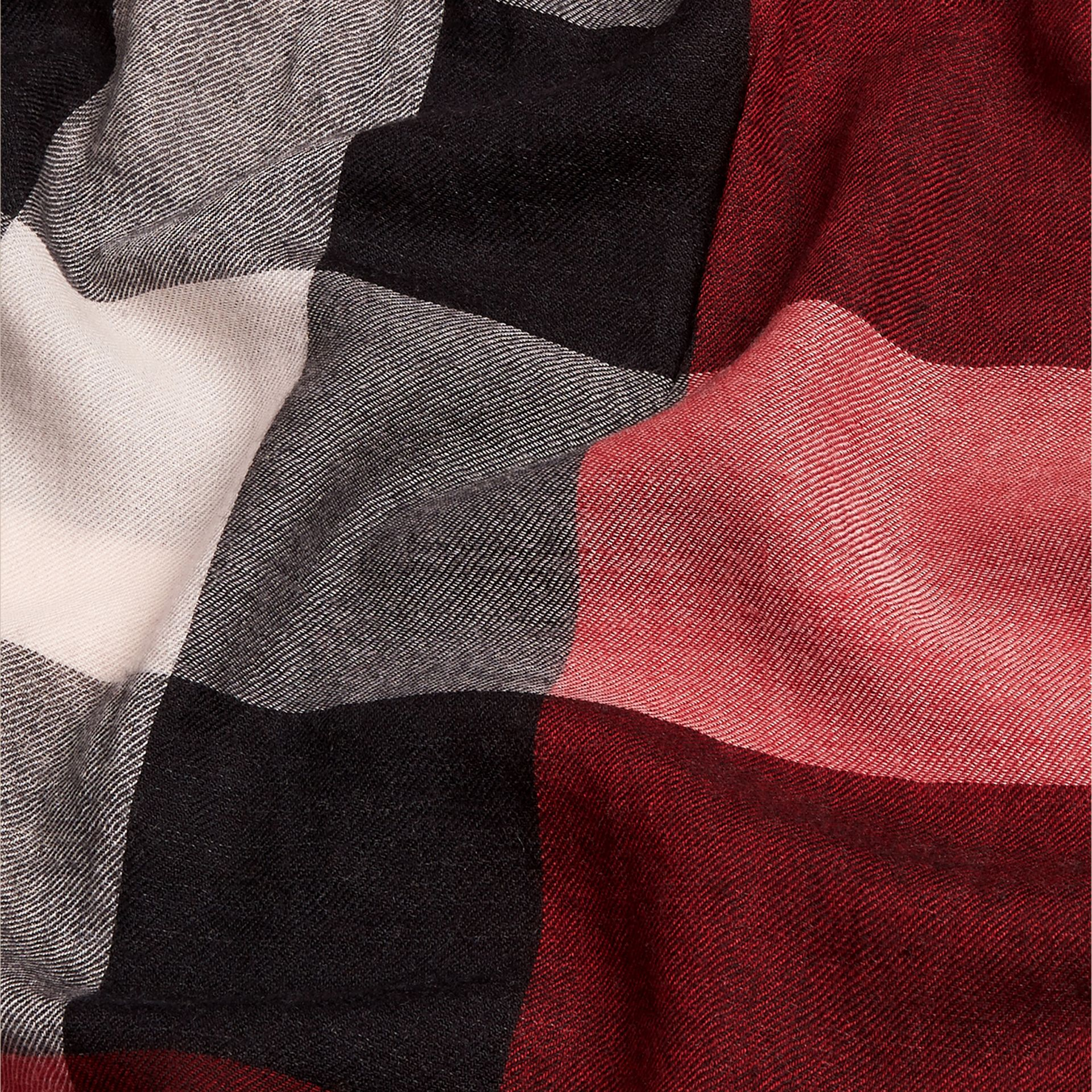 Rosso parata Sciarpa leggera in cashmere con motivo check Rosso Parata - immagine della galleria 5