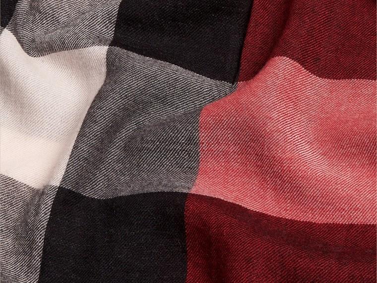 Rosso parata Sciarpa leggera in cashmere con motivo check Rosso Parata - cell image 4