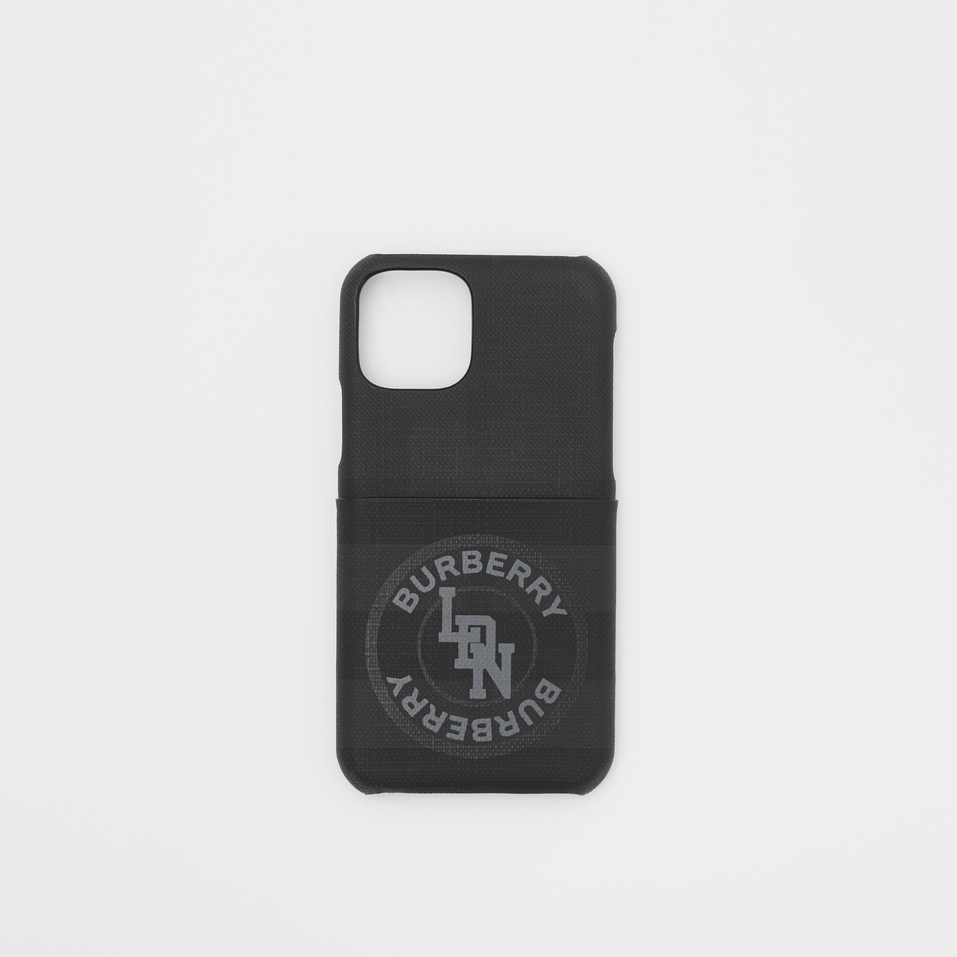 로고 그래픽 런던 체크 아이폰 11 프로 케이스 (다크 차콜) - 남성 | Burberry - 갤러리 이미지 0