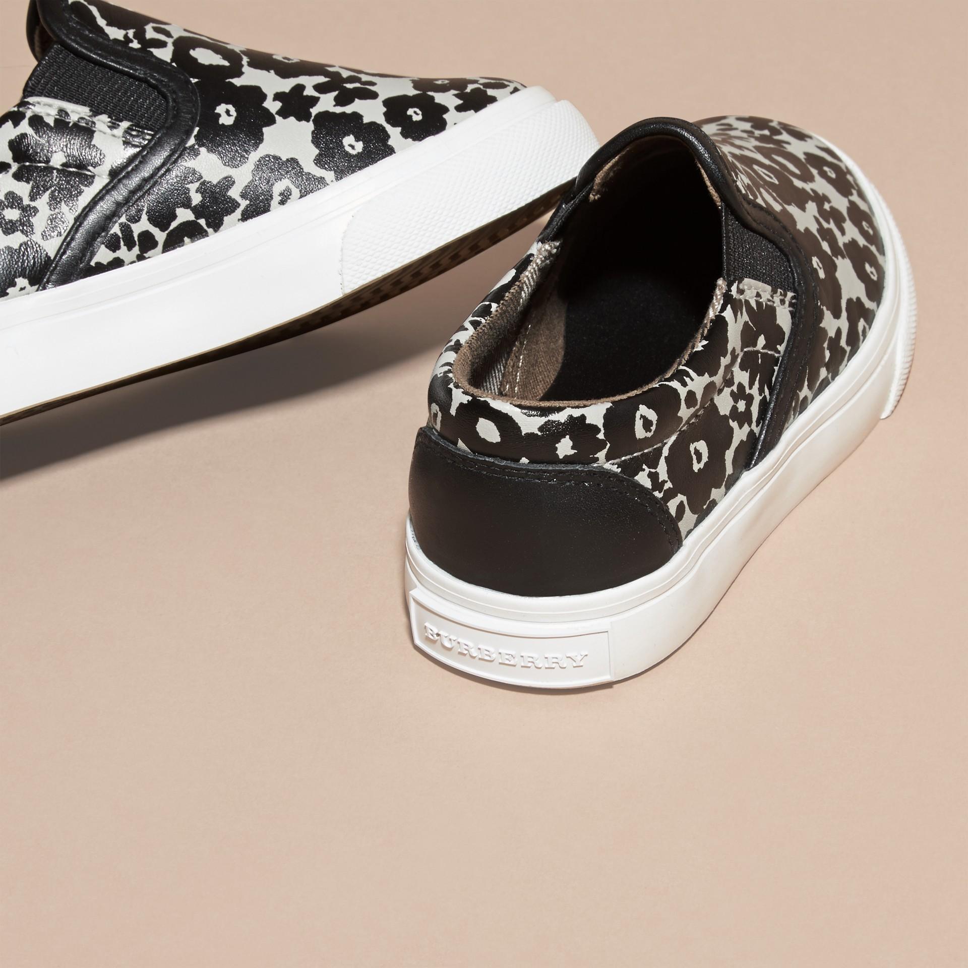 Noir/blanc Sneakers sans lacets en cuir à imprimé floral - photo de la galerie 4