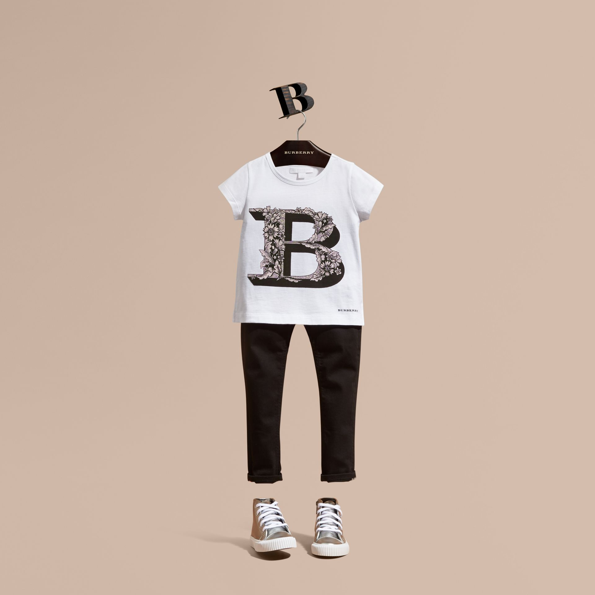 Rosa cenere pallido T-shirt in cotone con lettera decorata - immagine della galleria 1