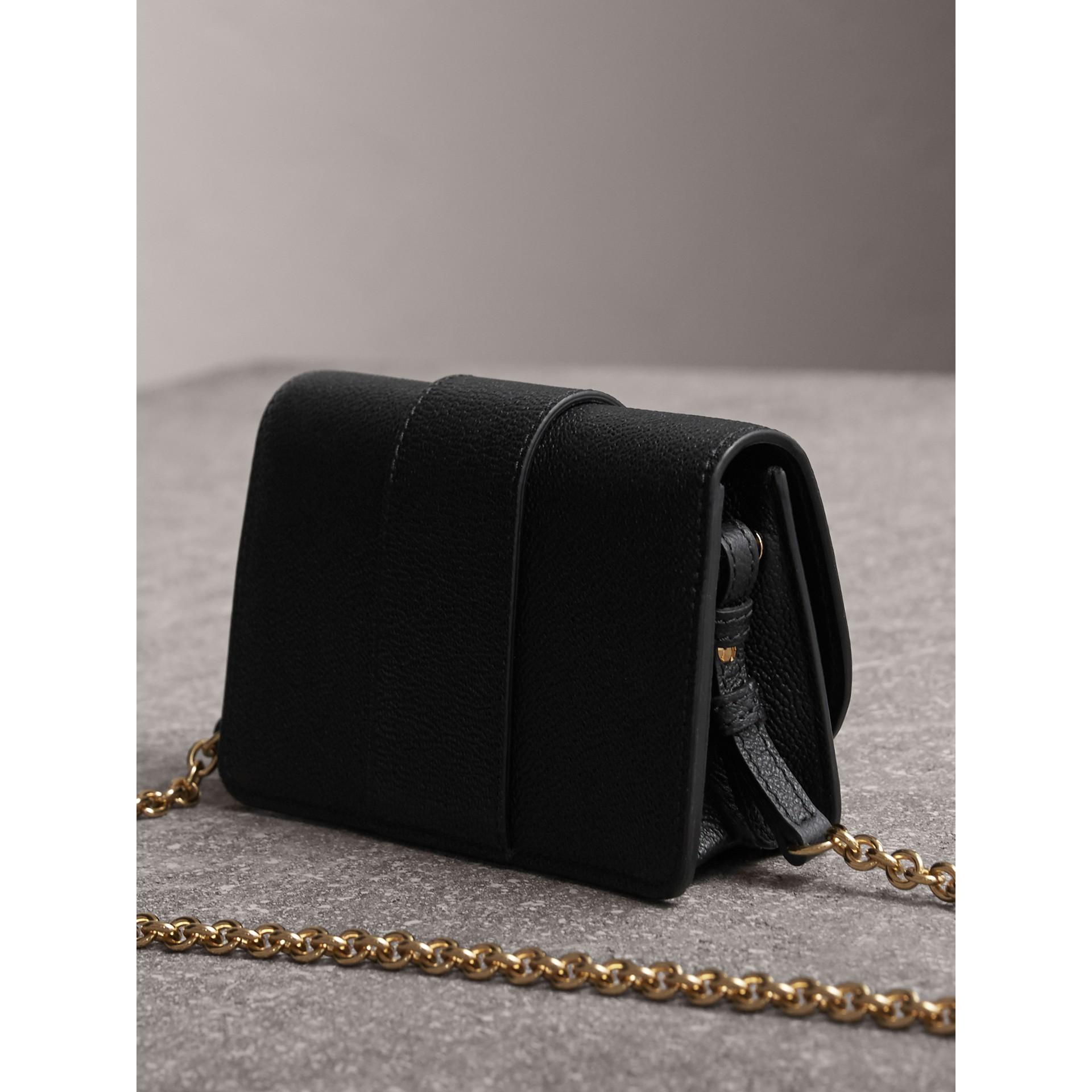Bolso Buckle mini en piel granulada (Negro) - imagen de la galería 5
