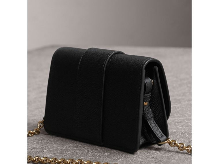 The Mini Buckle Bag aus genarbtem Leder (Schwarz) - cell image 4