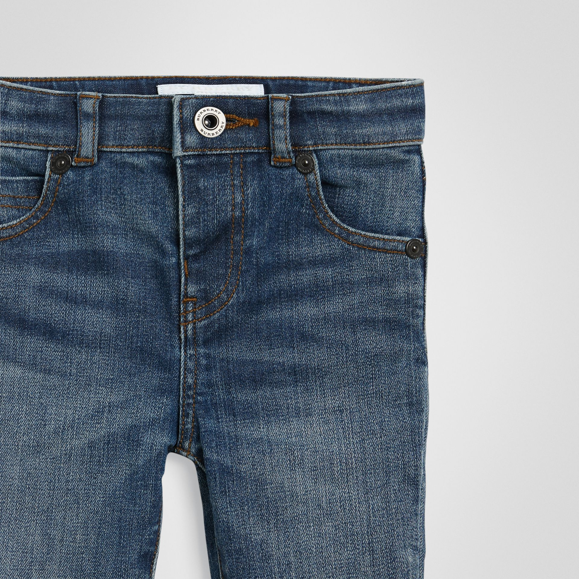 Jean skinny en denim extensible (Indigo Moyen) - Enfant | Burberry - photo de la galerie 4