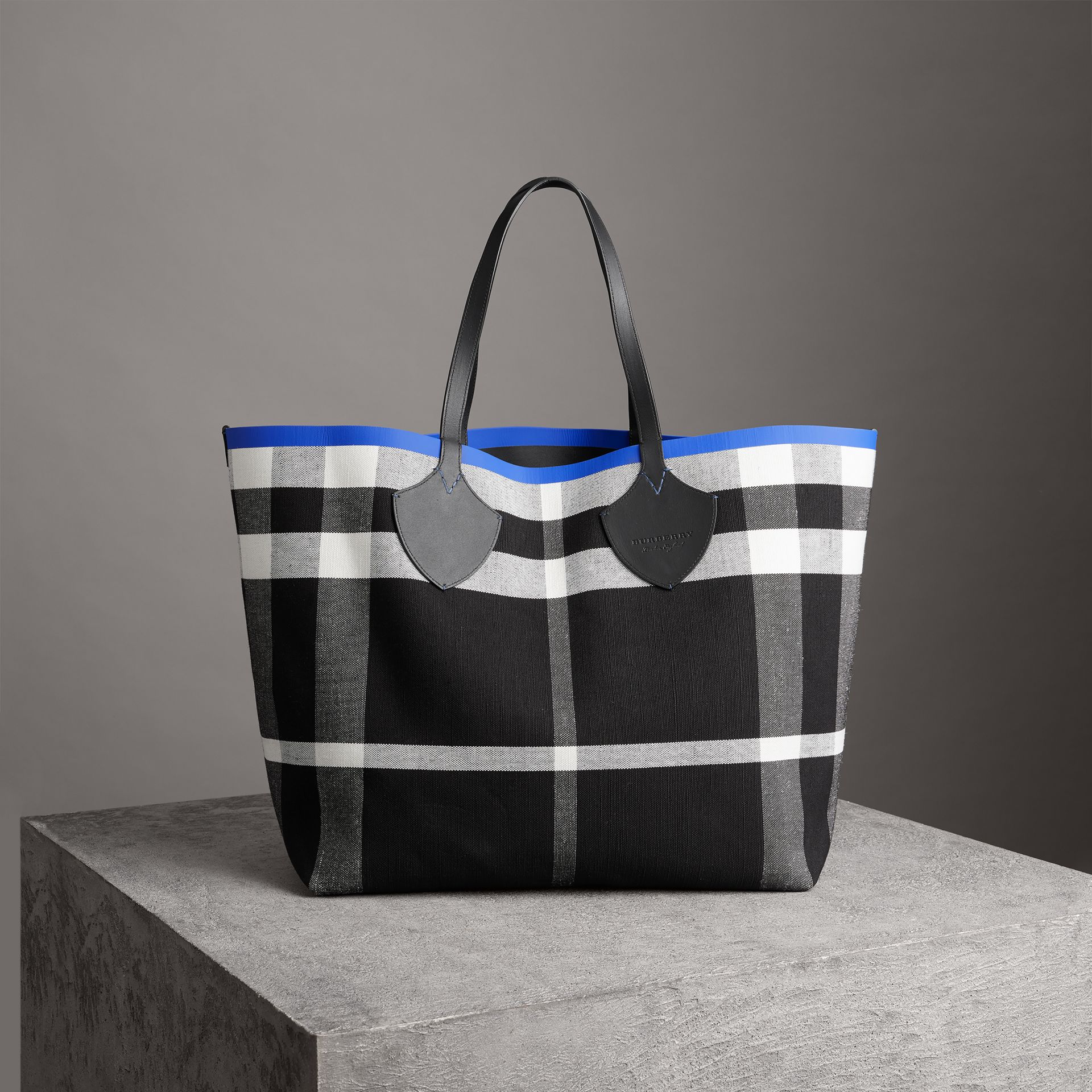 Borsa tote The Giant reversibile in cotone con motivo Canvas check e pelle (Mirtillo/nero) | Burberry - immagine della galleria 0