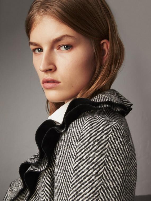Пальто из шерсти донегаль в елочку с волнообразным воротником (Черный)