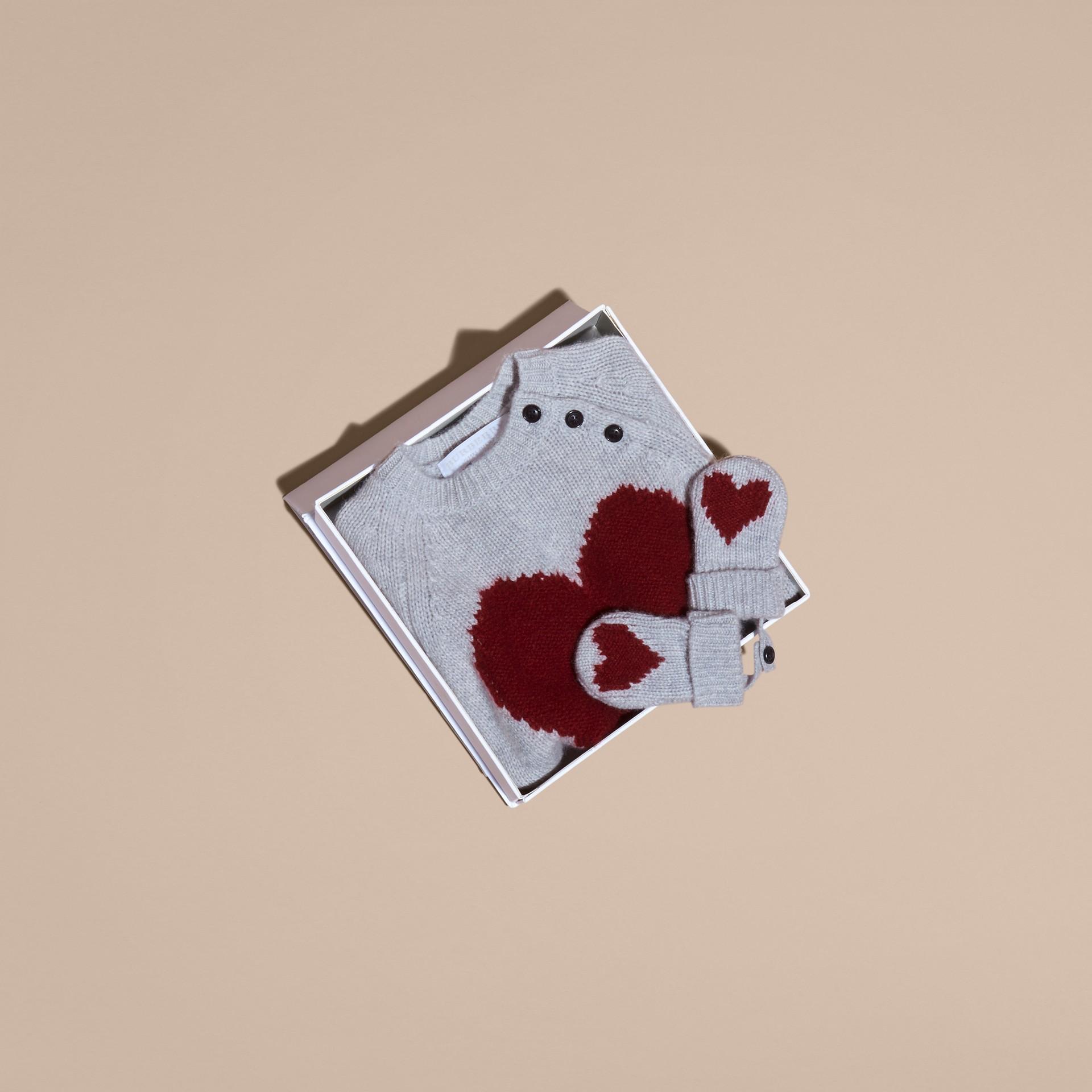 Camaïeu de gris clairs Set cadeau deux pièces en cachemire à cœur en intarsia - photo de la galerie 4