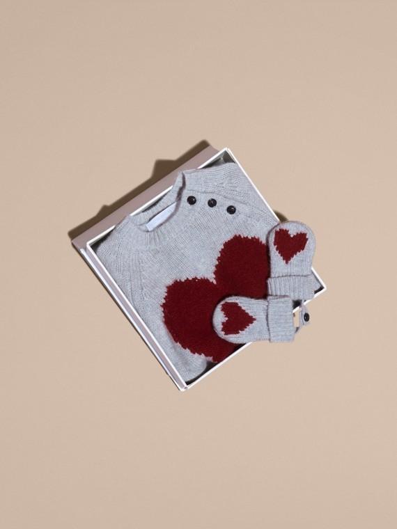 Camaïeu de gris clairs Set cadeau deux pièces en cachemire à cœur en intarsia - cell image 3