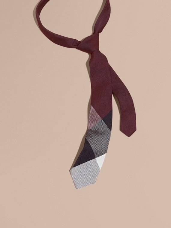 Modern geschnittene Krawatte aus Kaschmir und Seide in Check Dunkles Holunderbeerfarben