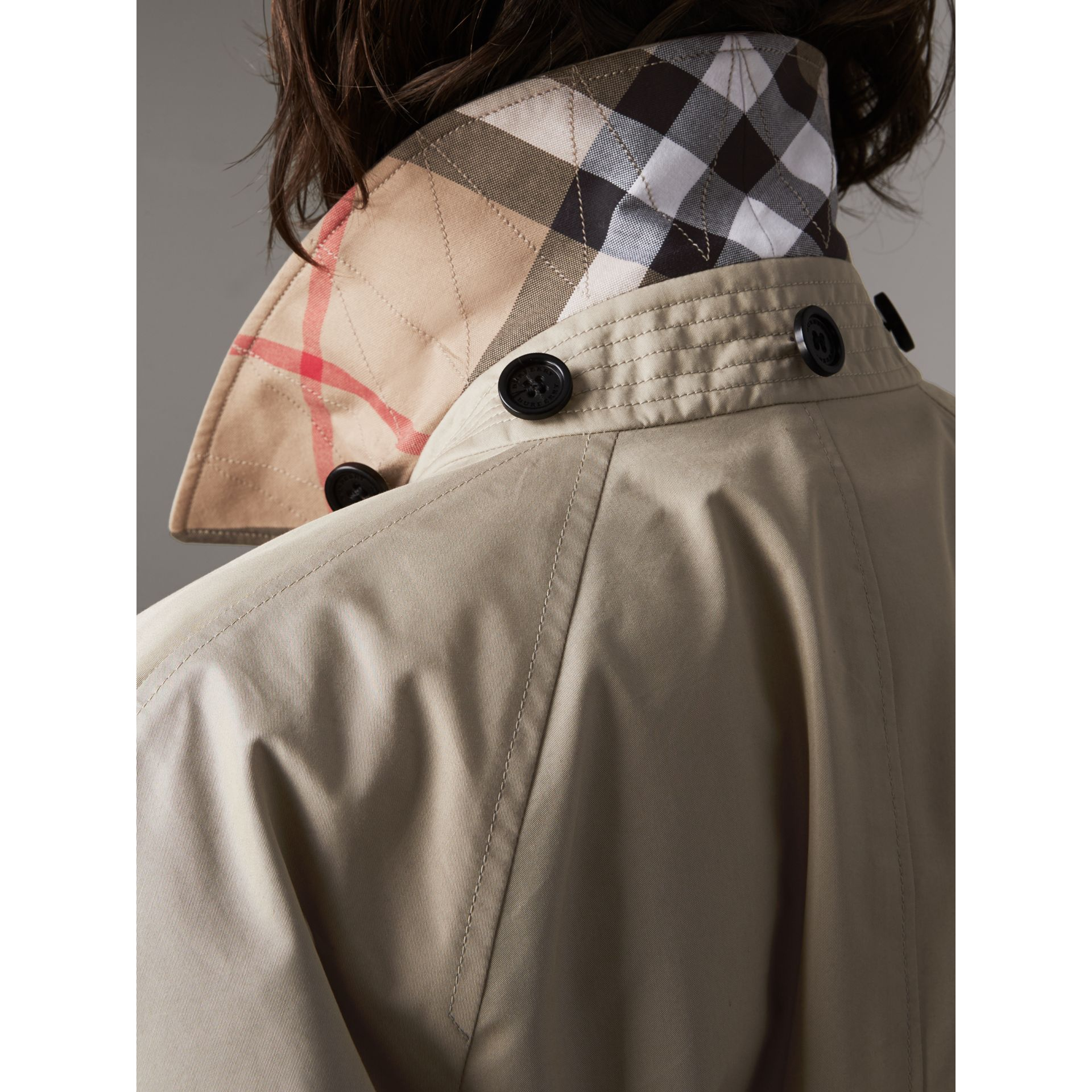 Abrigo tres cuartos en mezcla de algodón con capucha de quita y pon (Piedra) - Mujer | Burberry - imagen de la galería 4