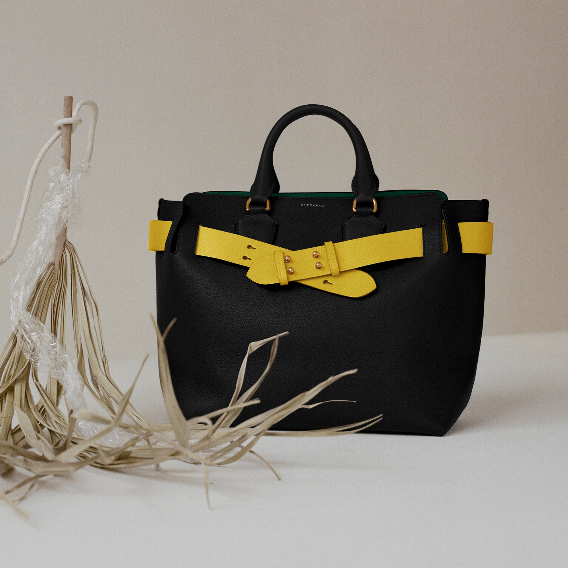Grand sac The Belt en cuir (Noir/jaune) | Burberry Canada - photo de la galerie 1