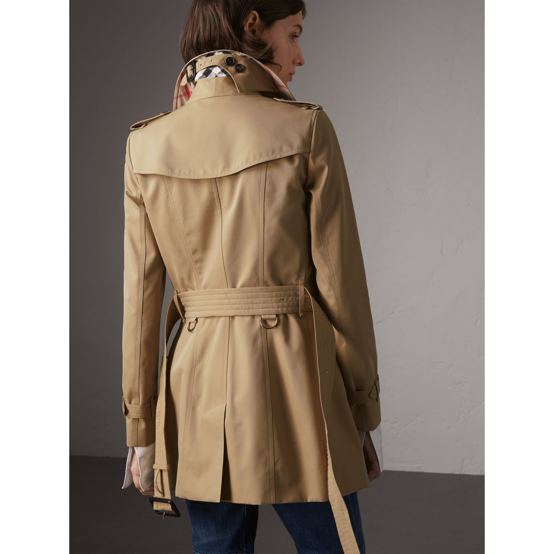 The Chelsea - Trench coat Heritage corto (Miele) - Donna | Burberry - immagine della galleria 3