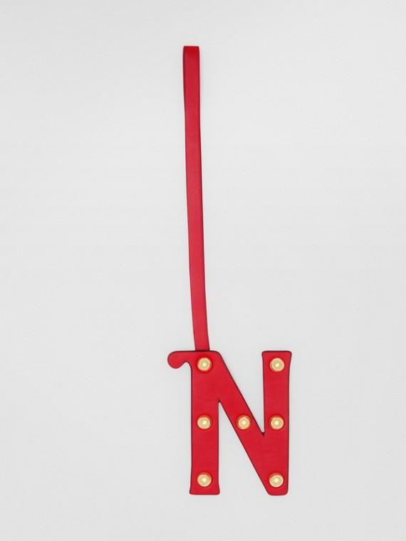 Ciondolo a forma di N in pelle con borchie (Rosso/oro Chiaro)