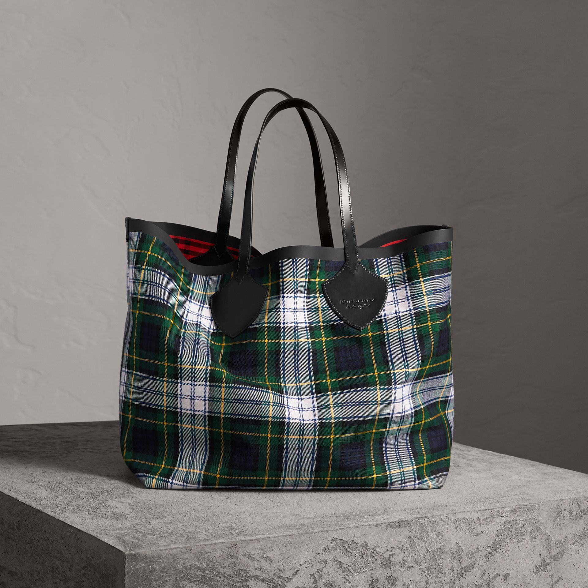 The Giant Reversible Tote in Tartan Cotton in Ink Blue/military Red | Burberry Singapore - gallery image 0