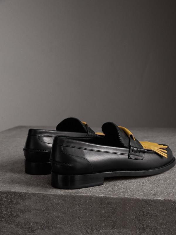 Mocasines en piel con flecos a contraste (Negro / Amarillo Azafrán Pálido) - Hombre | Burberry - cell image 3