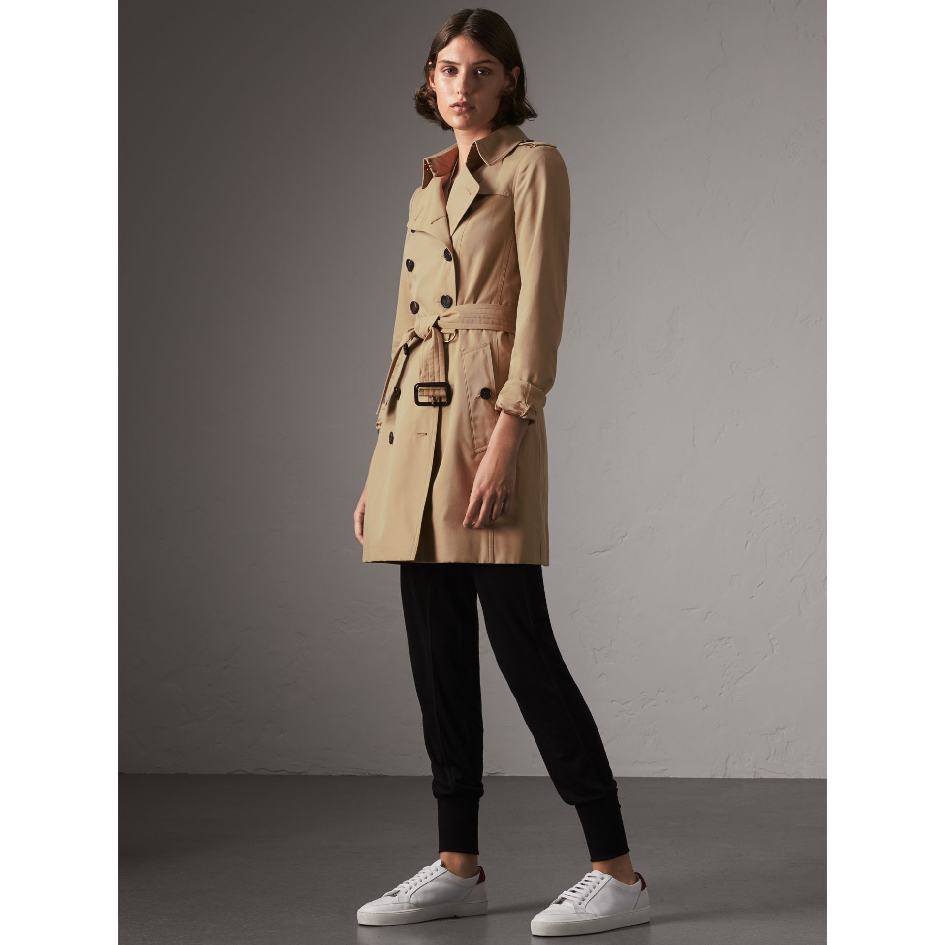 The Chelsea - Trench coat Heritage medio (Miele) - Donna | Burberry - immagine della galleria 7