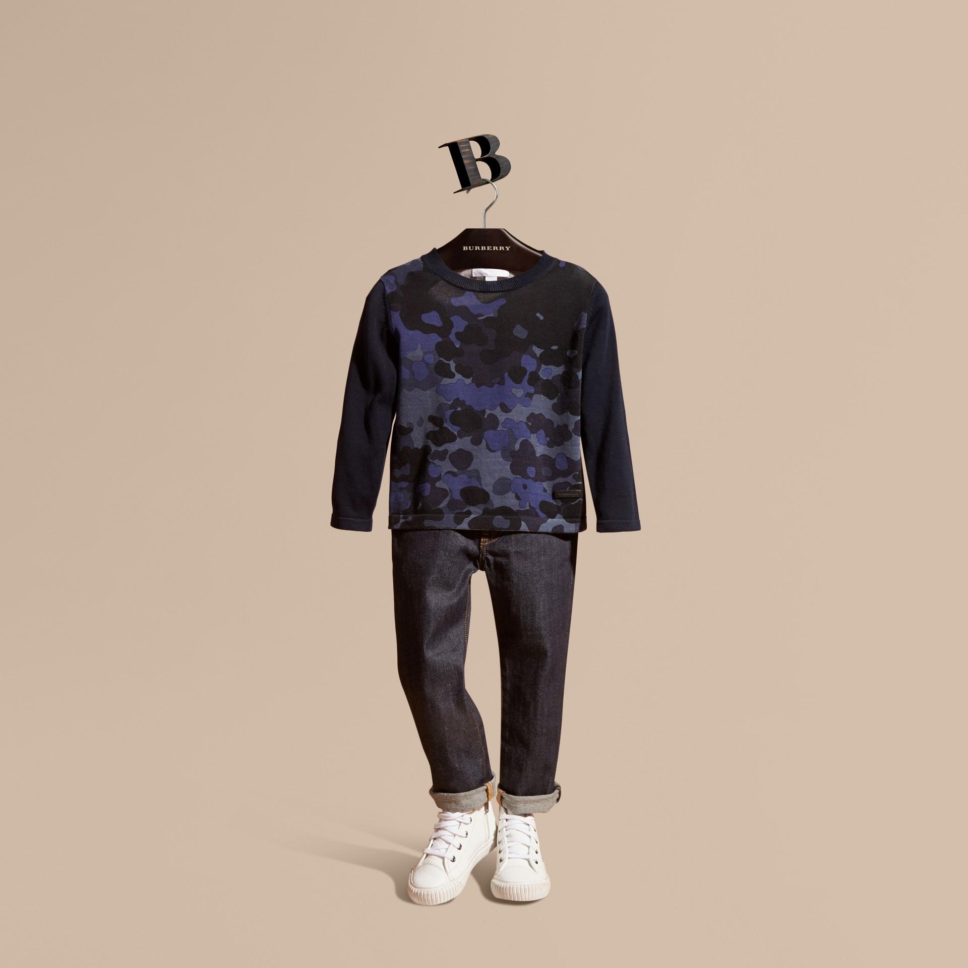 Navy Pullover girocollo in cotone con stampa camouflage - immagine della galleria 1