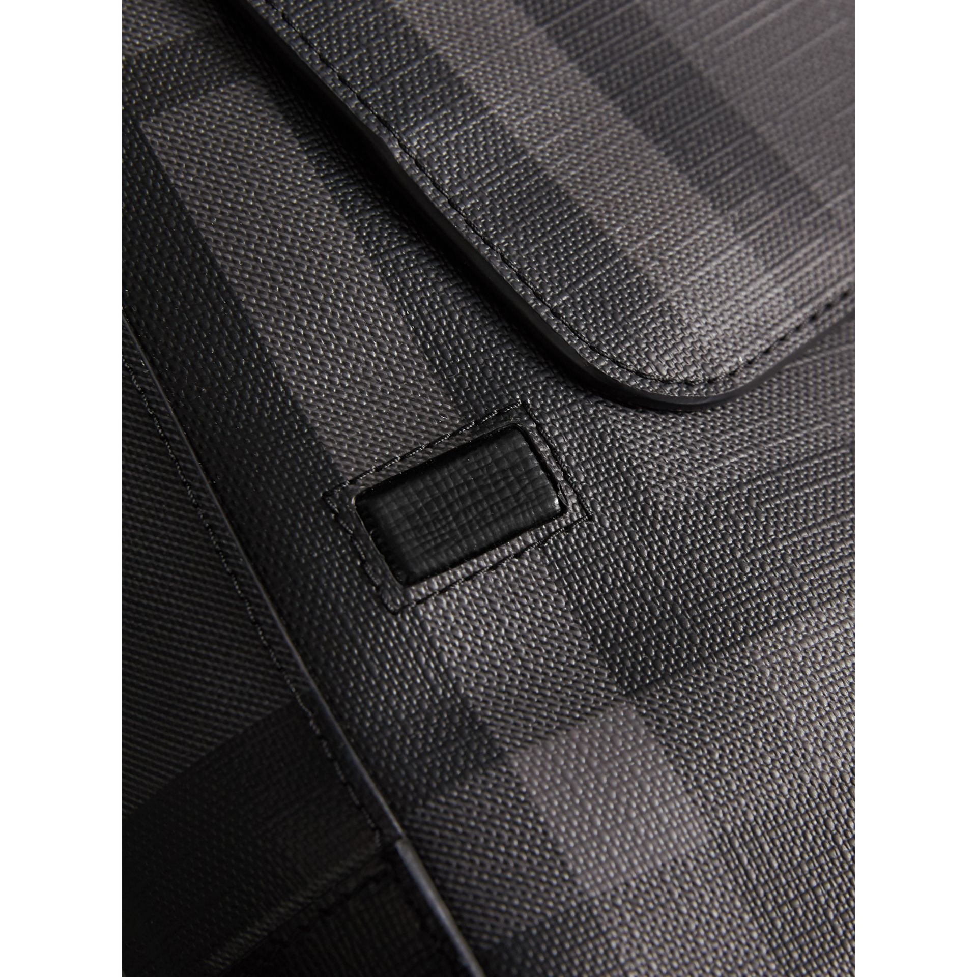 Sac à bandoulière avec motif London check (Anthracite/noir) - Homme | Burberry - photo de la galerie 1