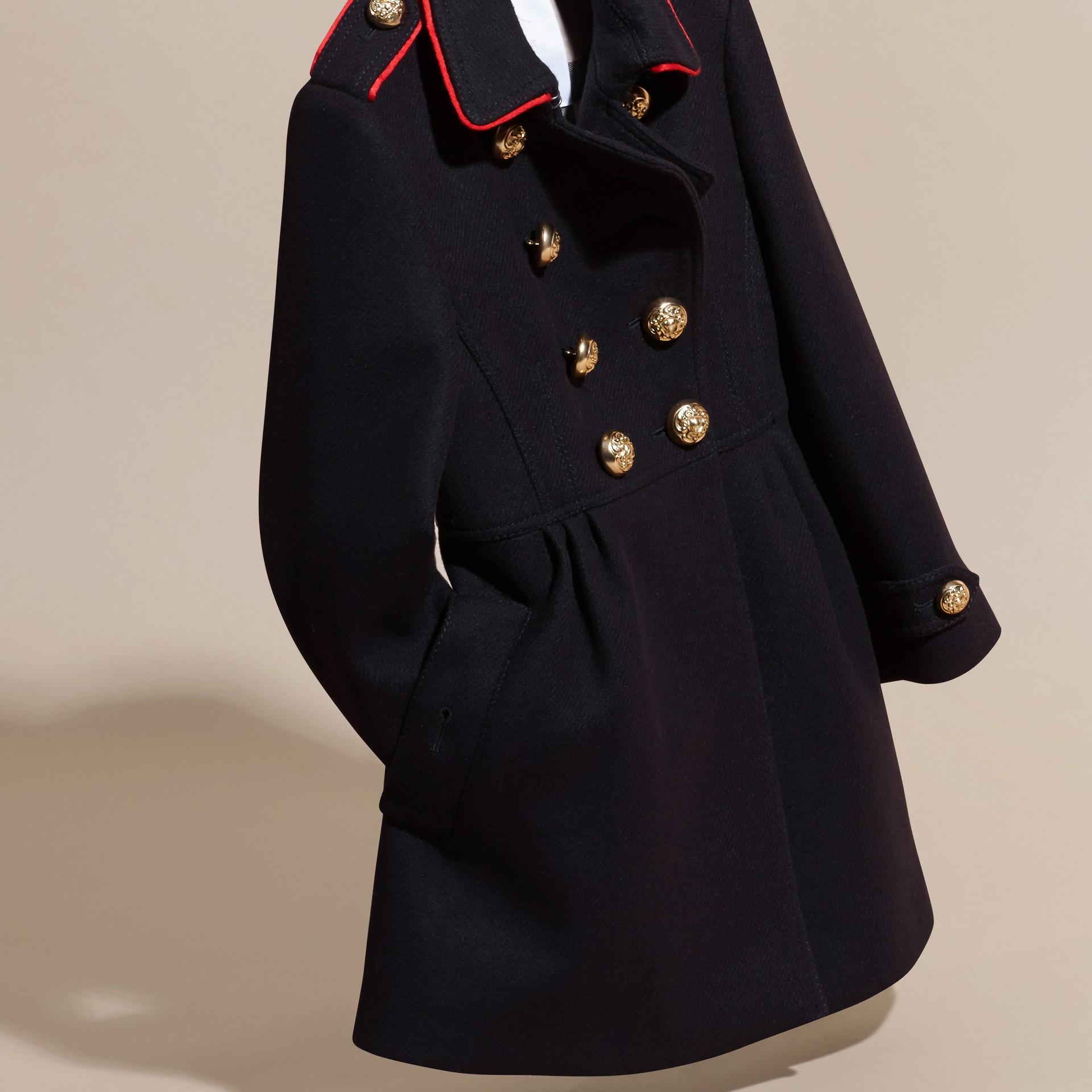 Marine Manteau en laine et cachemire mélangés avec détails militaires - photo de la galerie 3