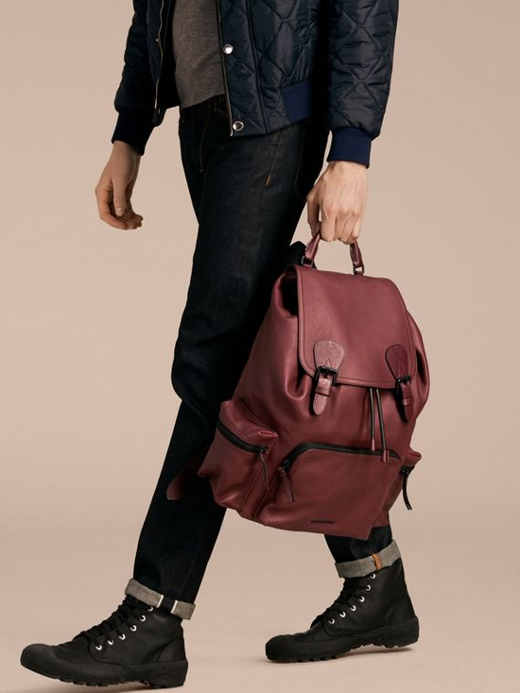The Large Rucksack in Water-repellent Leather in Burgundy Red - cell image 3